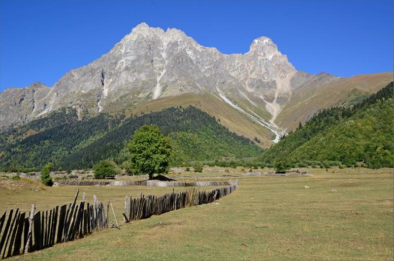 Becho Valley och Mt Ushba 4710 meter.