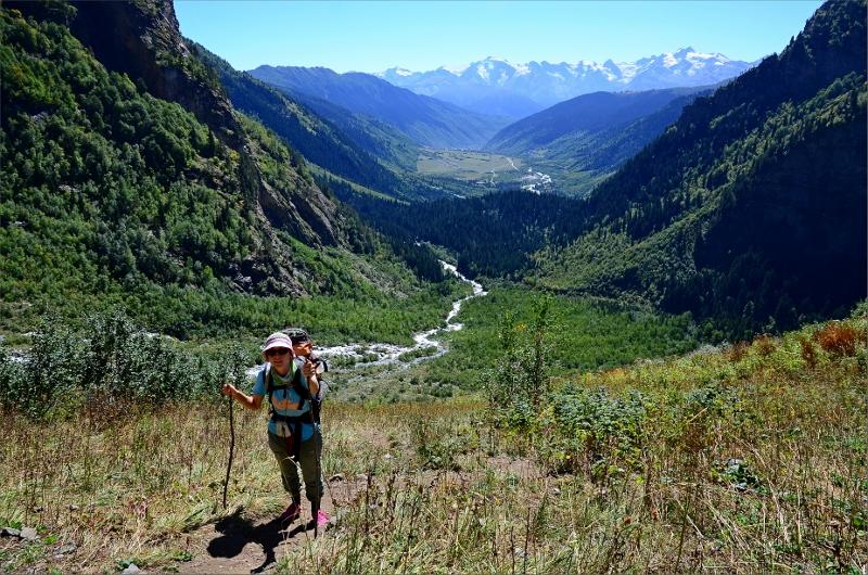 På väg upp till platån som vi aldrig nådde ovanför Shdugra Waterfall. Becho Valley i bakgrunden.