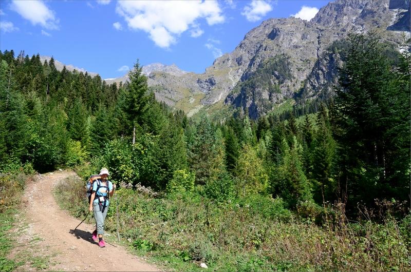 Har precis tagit ner tältet i skogen i slutet av Becho Valley och är på väg tillbaka till Guli Pass och Mestia.