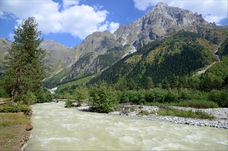 Dolra River och Mt Ushba.