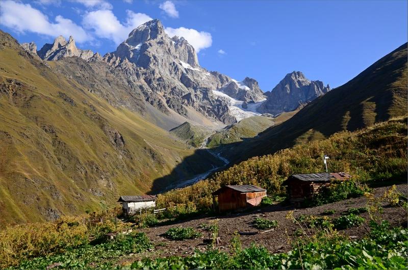 Tre små kojor och Mt Ushba en bit nedanför Guli Pass.