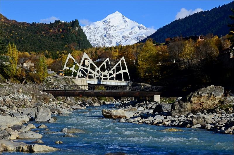 En av tre broar i Mestia med Tetnuldi 4858 meter i bakgrunden.