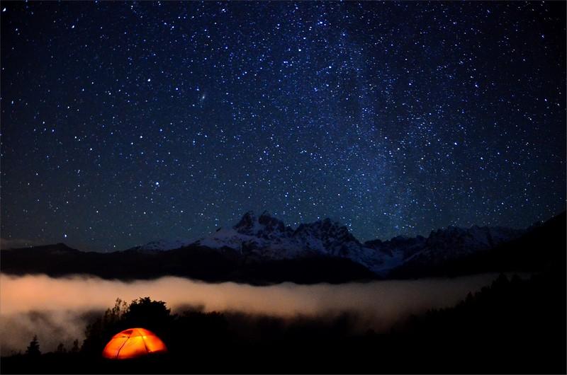 Mitt tält 500 meter ovanför Mestia, Mt Ushba 4710 meter och Vintergatans stjärnor.