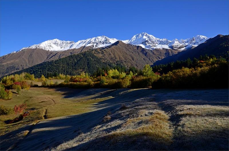 Vy från tältet upp mot Banguriani Mountain 3838 meter.