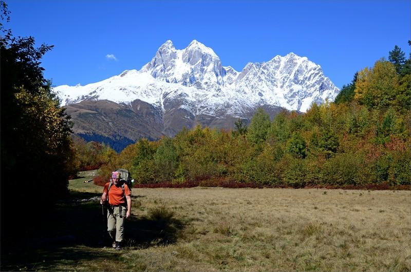 Vandring på Kakhuri Range med Mt Ushba i bakgrunden.