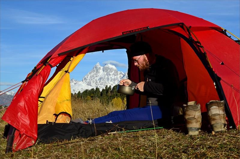 Frukost i tältet med vy över Mt Ushba 4710 meter.