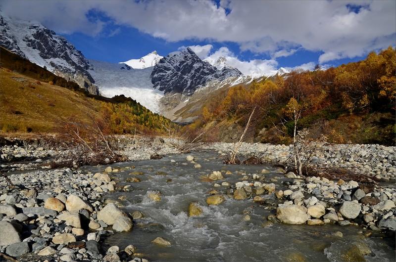 Adishi River och Adishi Glacier.