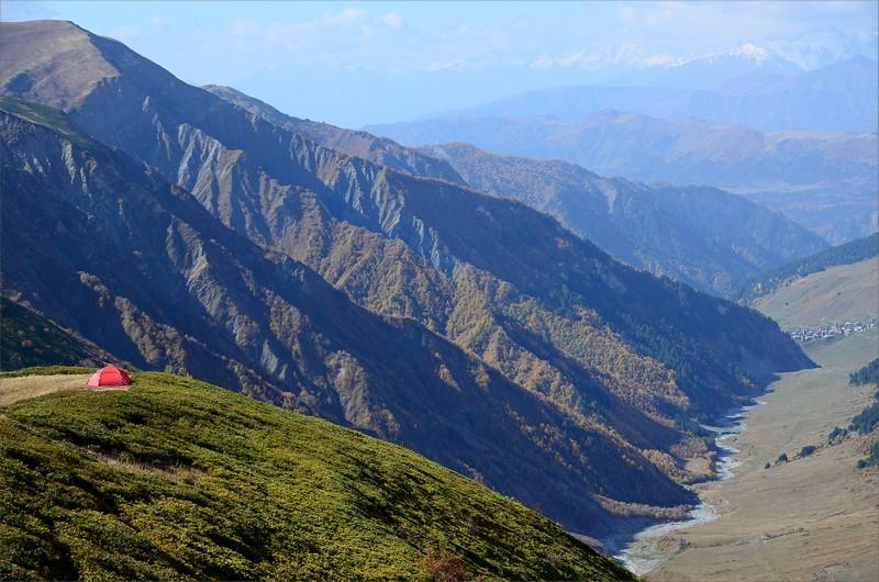 Mitt tält strax ovanför Chkhunderi Pass drygt 2700 meter. Byn Adishi syns till höger.