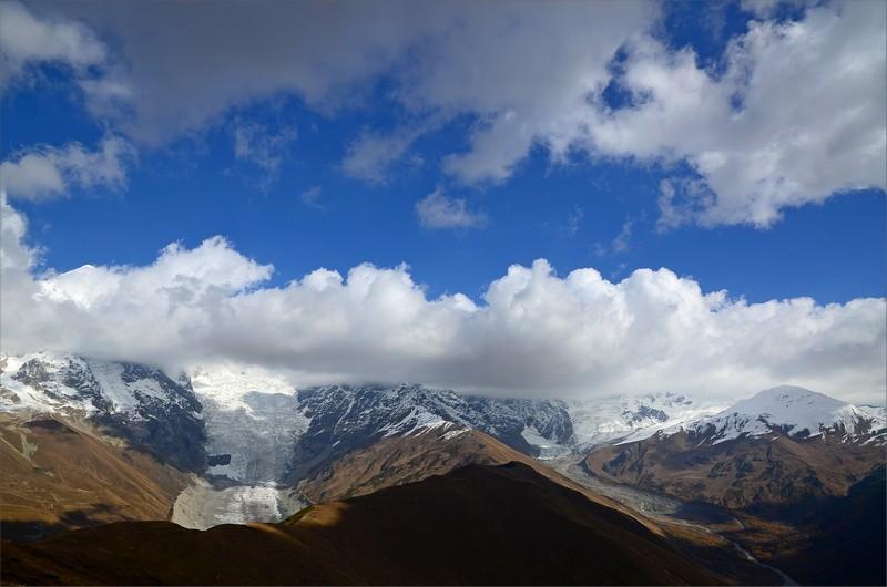 Adishi Glacier till vänster och Zaresho-Khalde Glacier till höger.