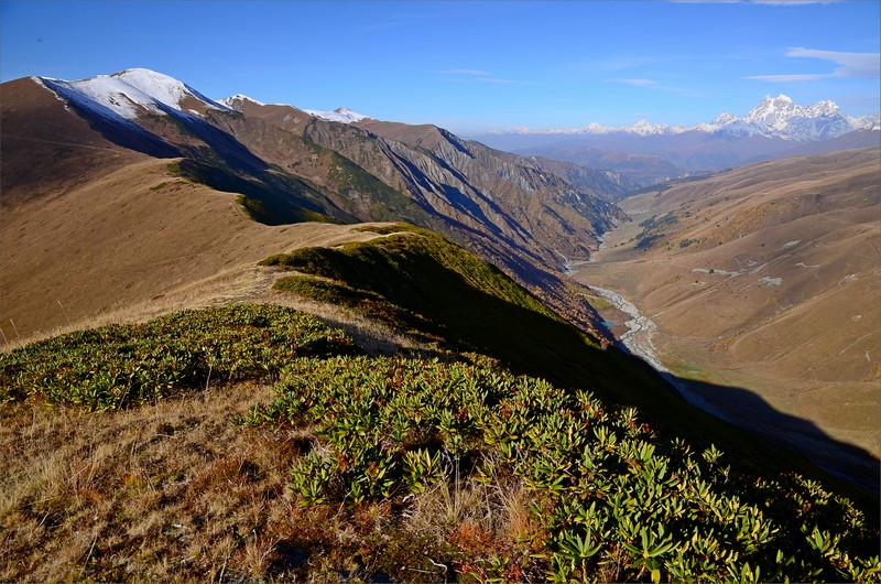 Kammen med Chkhunderi Pass, Adishi Valley och till höger Mt Ushba.