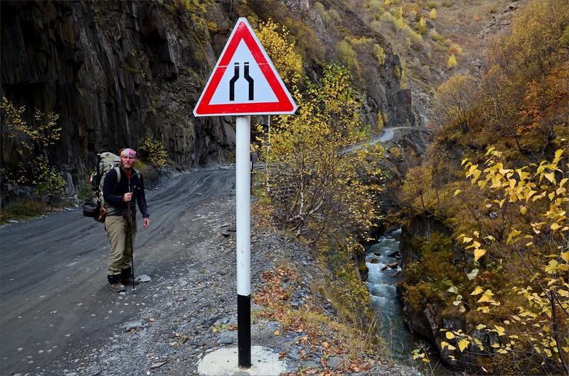 Vandring på väg genom Enguri Gorge.