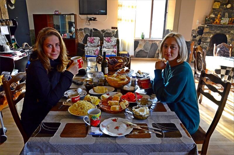 Frukost på hotellet med den schweiziska tjejerna.
