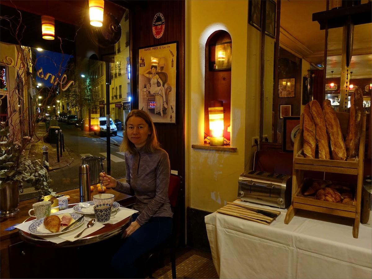 Olya vid frukosten på hotell Eldorado.