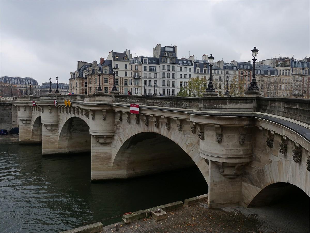 """6. Pont Neuf betyder """"nya bron"""" på franska vilket är den äldsta bron över Seine i Paris. Drygt 400 år gammal."""