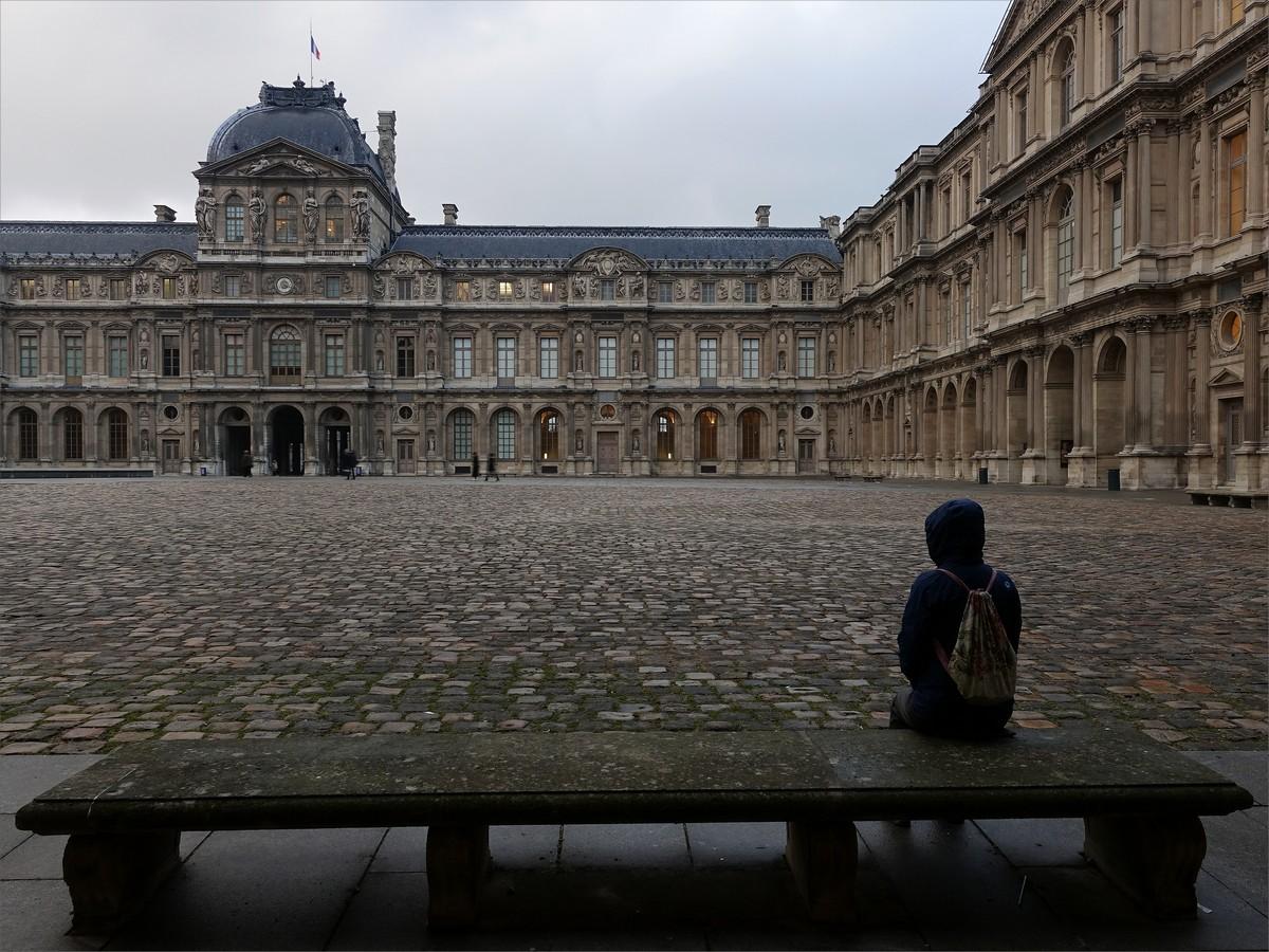 Olya vid en av innergårdarna i Louvren.