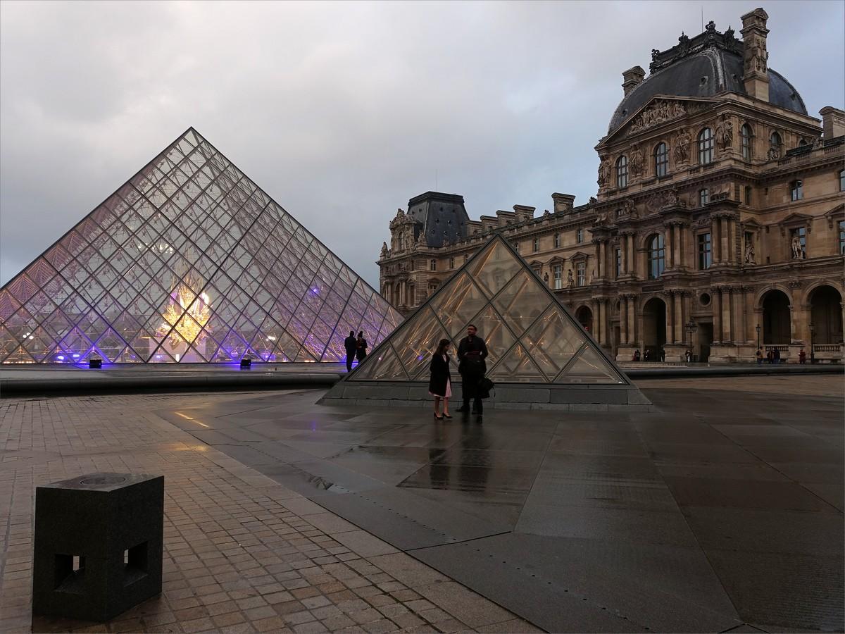 13. Entren till Louvren.
