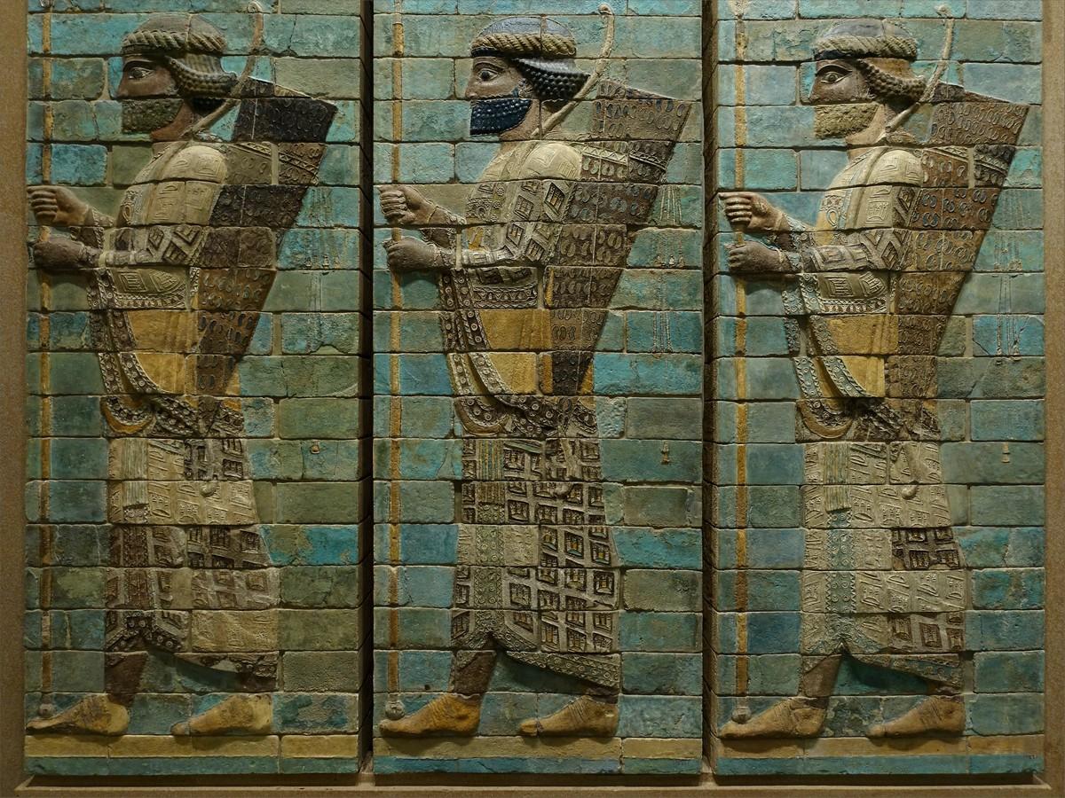15. Paneler av polychromglaserad tegel från Darius I-palatset i Iran. Near Eastern Antiquities, rum 308, Louvren museum.