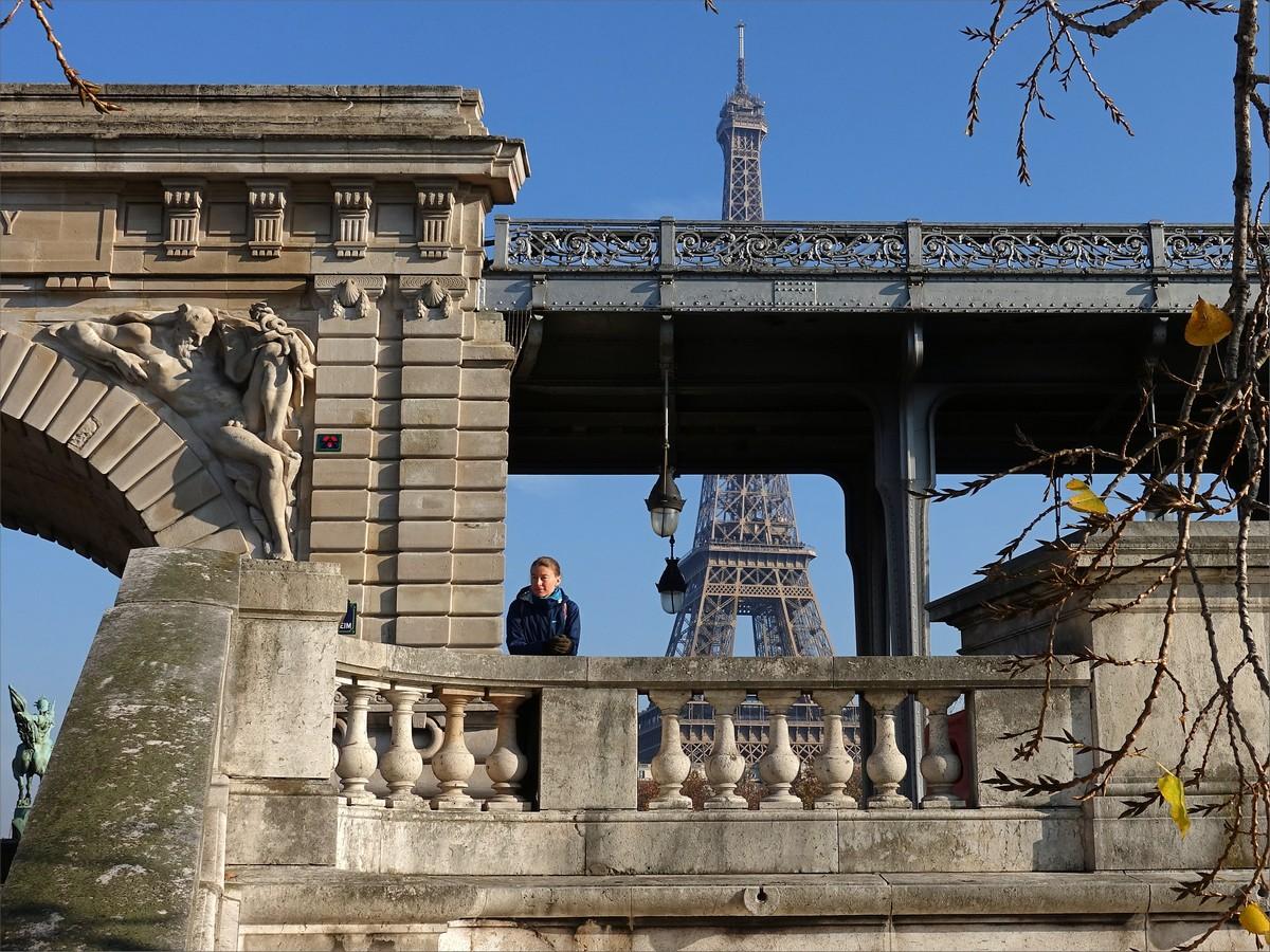 20. Olya och Eiffeltornet sett från ön Ile Aux Cygnes vid bron Pont de Bir-Hakeim.