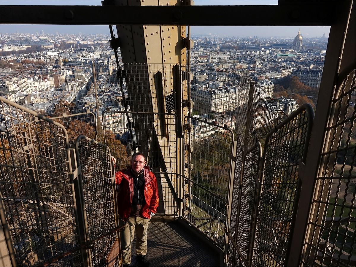 22. Jag på väg upp i Eiffeltornet. Man får gå till våning 2 sedan gäller hiss.