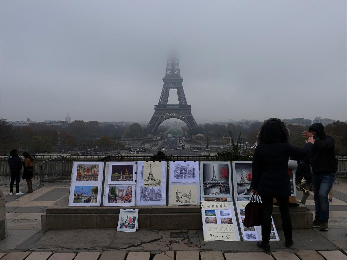 27. Eiffeltornet i dimma sett från Trocadero Place.