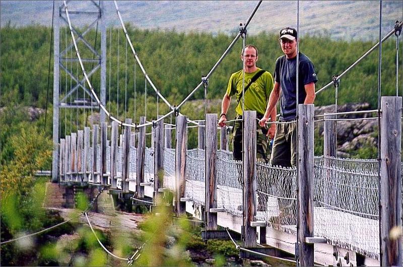 2. Grabbarna på bron över Voujatätno.