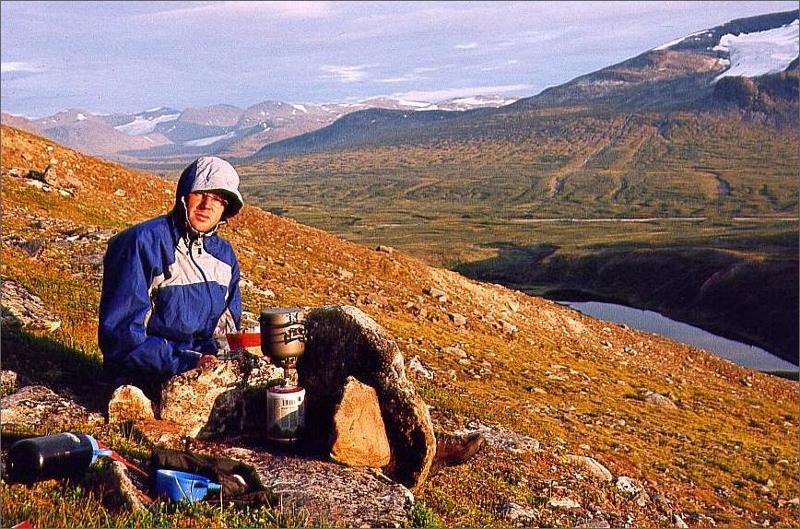 3. Magnus kokar käk vid första lägerplatsen på Akkamassivets lägre sluttningar.