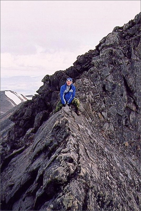 6. Magnus på haket mellan Akkas stortopp 2016 meter och nordosttoppen 2010 meter.