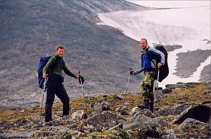 11. På väg upp till Sarektjåkkå nordtopp. Vi höll till vänster om snöfältet och gick sedan kammen ut mot höger.