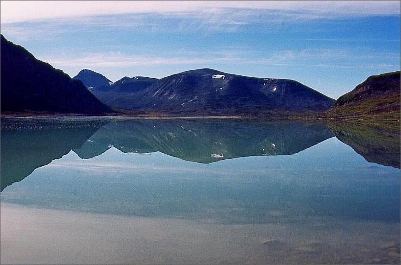 19. Sjön Bierikjavrre spegelblank strax innan vi hoppade i.