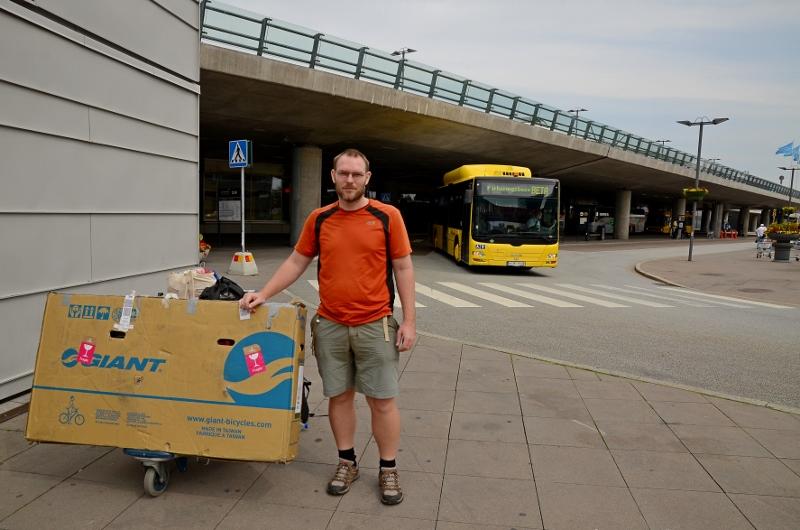 Vi har precis landat på Arlanda. Jag ska precis skruva ihop hojen och cykla till Västerås.