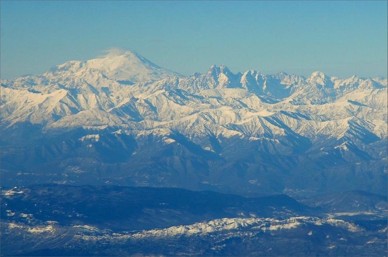 1. Kaukasus sett från flygplanet strax före landning i Tbilisi. Elbrus 5642 m till vänster och Ushba 4710 m till höger.