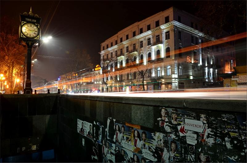 7. Gångtunnel och byggnader längs Rustaveli Avenue vilket är Tbilisi's huvudgata.
