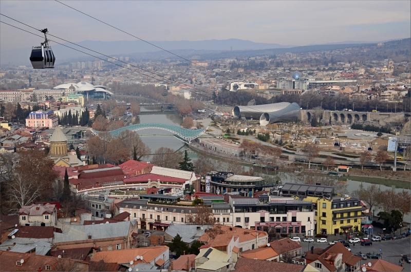 8. Vy över Tbilisi från halvvägs upp till Nariqala Fortress dit kabonbanan går.