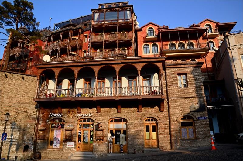 Traditionell arkitektur med snidade träbalkonger.