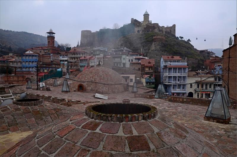 22. Abanotubani, Tbilisi's hot/sulphur bath area) och Nariqala Fortress i bakgrunden.