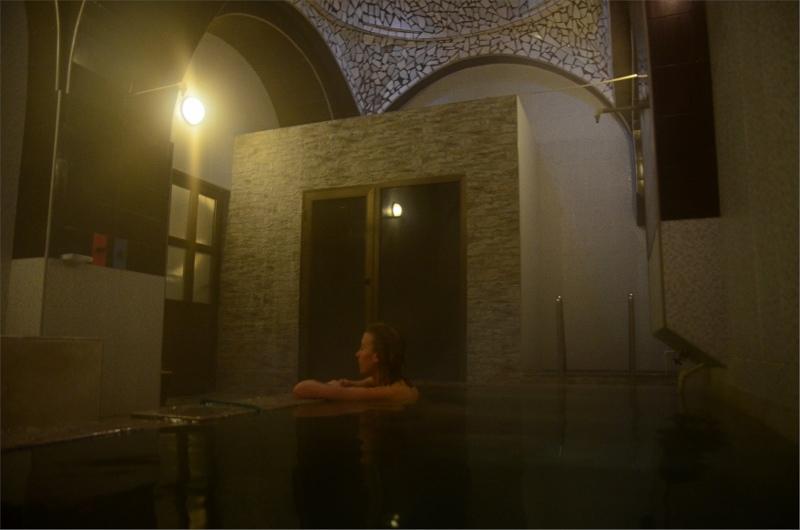 23. Olya i Tbilisi Royal Bath med en supervarm sulphur pool, en kall pool och en bastu. Kostade drygt 300 kr för en timma vilket var för kort. Bättre med 1,5-2 timmar även om man inte kan sitta så länge i den heta poolen.